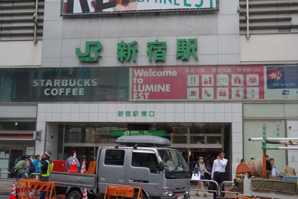 新宿駅東口出口前